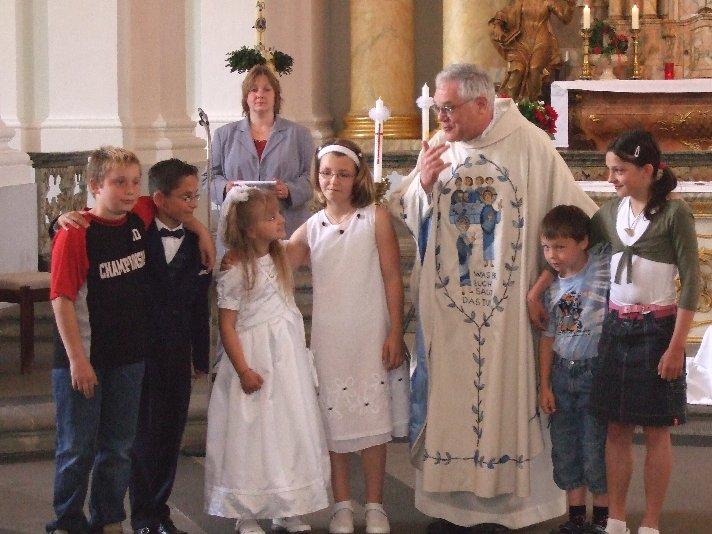 Pfarrer Brockmann – erfahren im Umgang mit Hörgeschädigten - zieht die Kinder in seinen Bann.