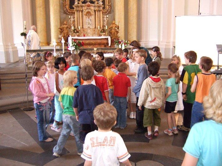 Klassenkameraden beteiligen sich an einem Bewegungsspiel.