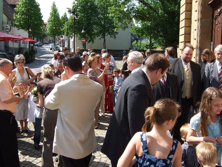 Nach der Messe gratulieren alle vor der Kirche.
