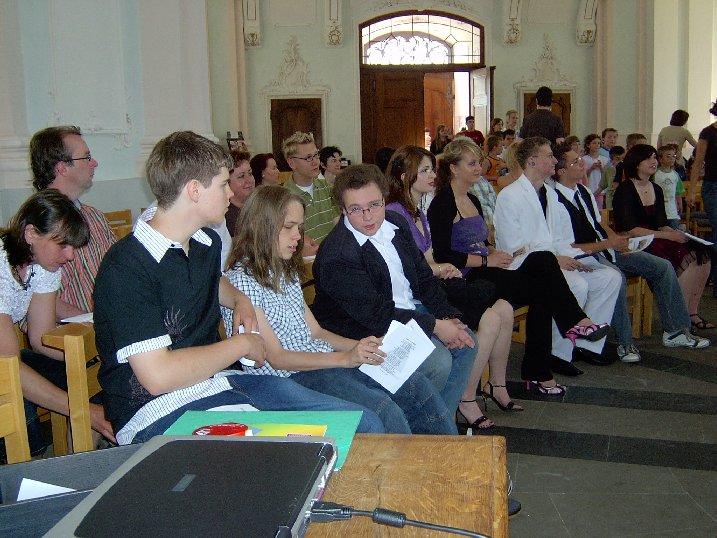 Erwartungsvoll warten die Abschlussschüler auf den Beginn der Messfeier.