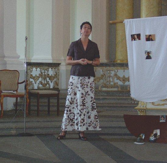 Klassenlehrerin Alexandra Happ singt für ihre Schüler.