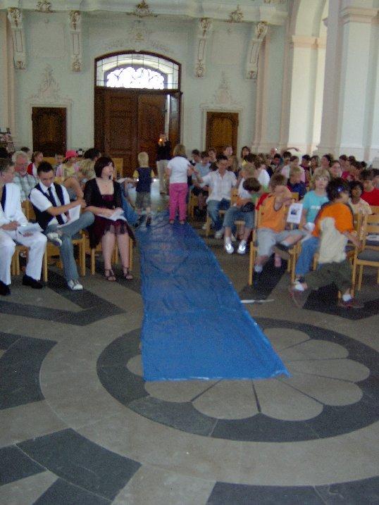 Ein Teppich (blau als Symbol für das Meer) wird vorbereitet für die Schiffe.