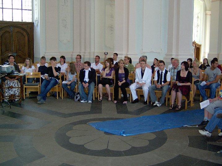 Die Schulgemeinde mit den Abschlussschülern.