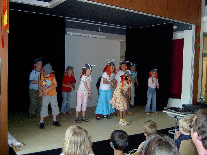 Grundschüler führen einen Wikinger-Tanz auf.