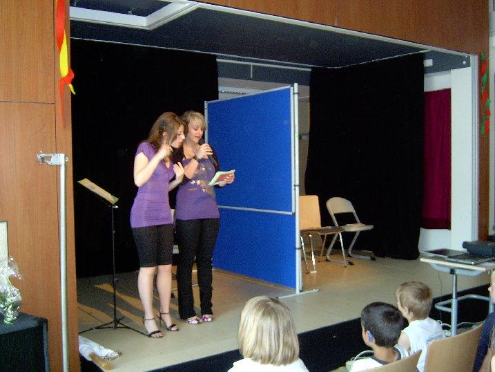 Die Schüler bitten den Schulleiter zu einem Herzblatt-Spiel.