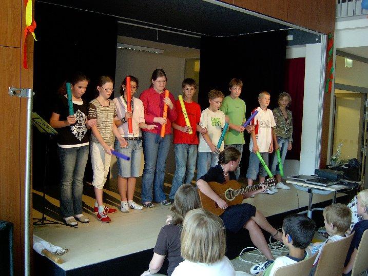 Klasse 6 hat einen musikalischen Beitrag mit Klangstäben.