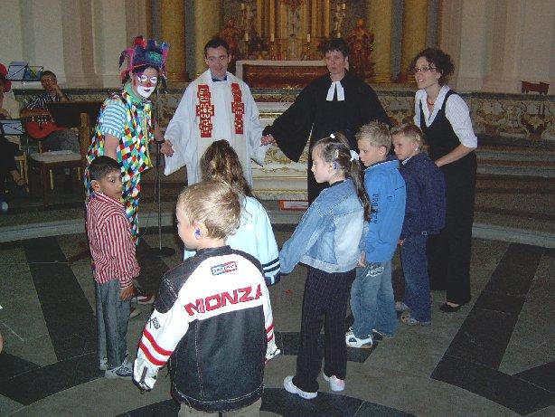 Die Kinder tanzen mit dem Clown um den Altar.