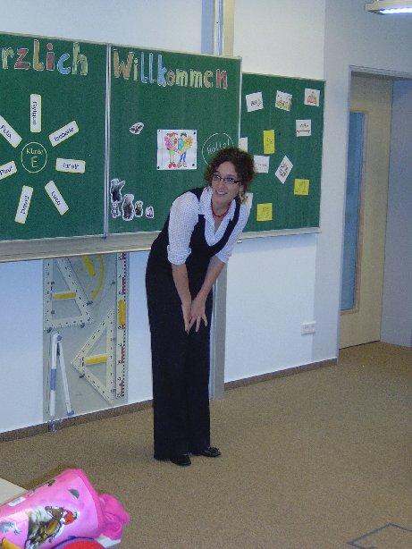 Frau Schmehl begrüßt die Kinder in der Klasse.
