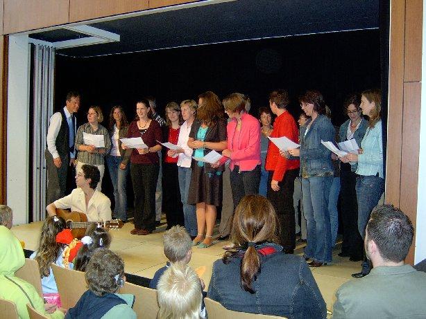 Der Lehrerchor begrüßt die Schüler mit einem Lied.