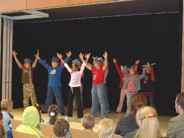 Klasse 3 präsentiert den Wikinger-Tanz.