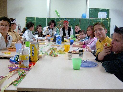 Beim gemeinsamen Frühstück in den Klassen sehen wir hier Klasse 4