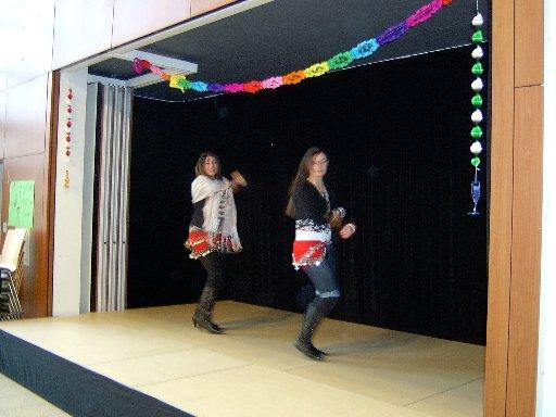 Zwei schöne Tänzerinnen betreten die Bühne.