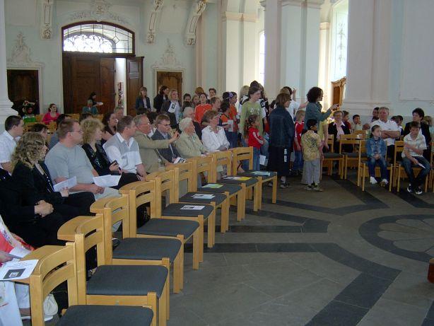 Die Kirche füllt sich mit den Angehörigen und Schülern.