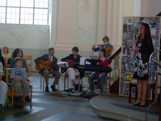 Das bewährte Team begleitet die Lieder mit Instrumenten.