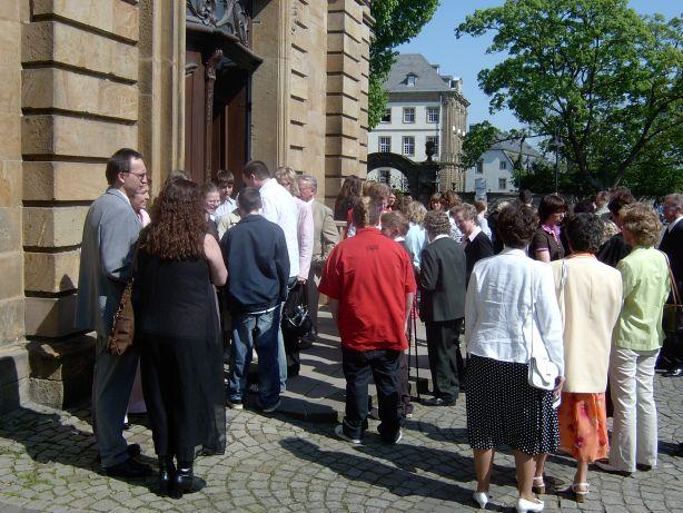 Vor der Kirche beginnt die große Gratulationsrunde.