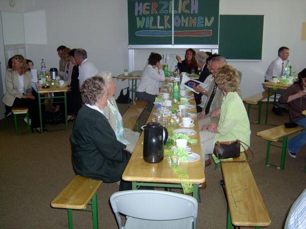 Mitschüler haben für Eltern und Verwandte Kaffe und Kuchen in der Schule vorbereitet.