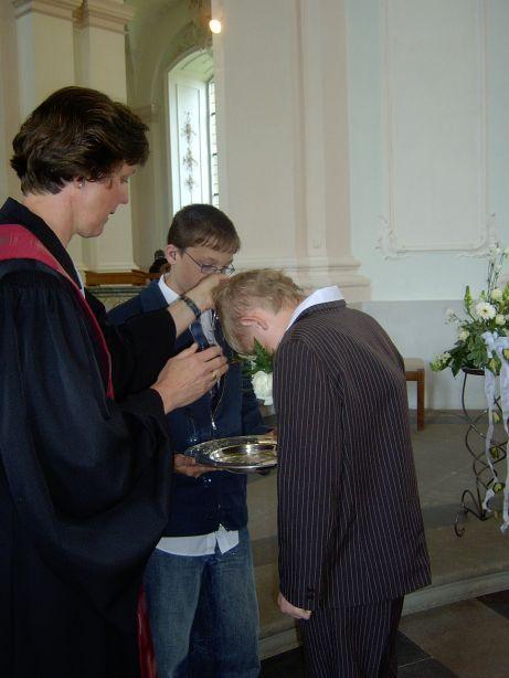 Ein Konfirmand wird im Rahmen der Feier zusätzlich getauft.