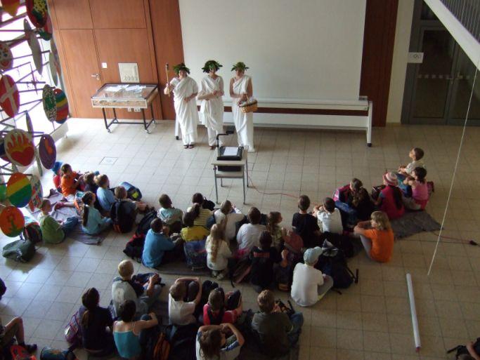 Das sind 3 Lehrerinnen als griechische Göttinnen.