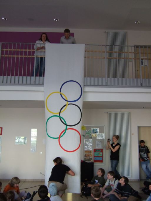 Hier wird die Olympia-Flagge aufgehängt .