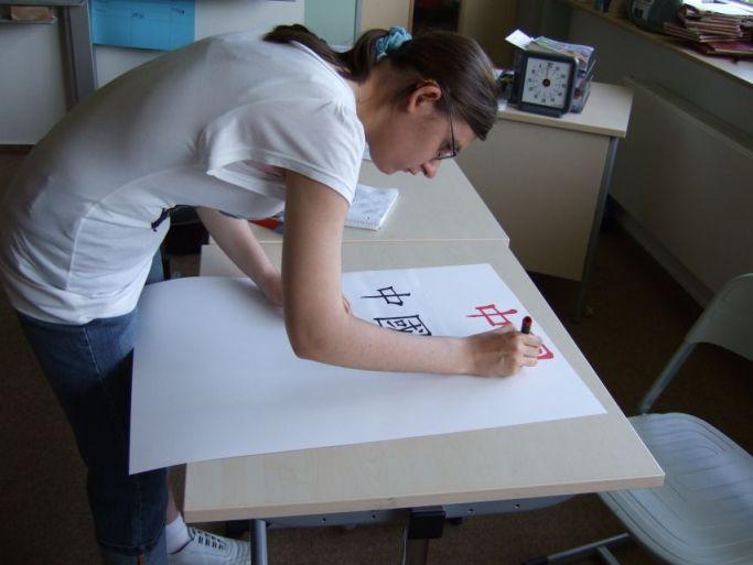 Da lernen die Schüler schon mal Chinesisch schreiben.