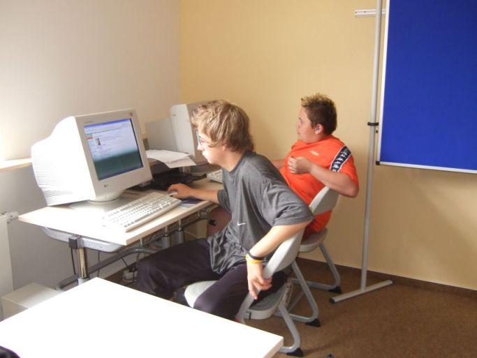 Da arbeiten die Schüler am Computer.