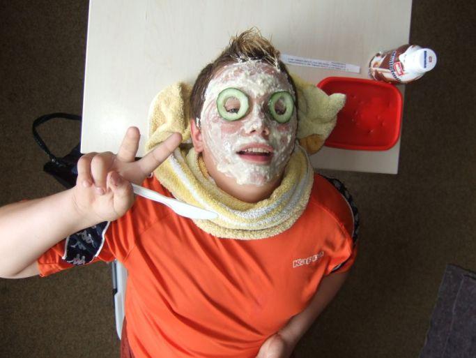 Ein Schüler trägt hier die selbst gemachte Maske.