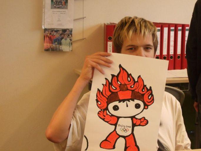 Da malt ein Schüler ein Bild.