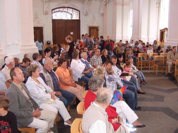 Schnell füllt sich die Kirche mit der gesamten Schulgemeinde.