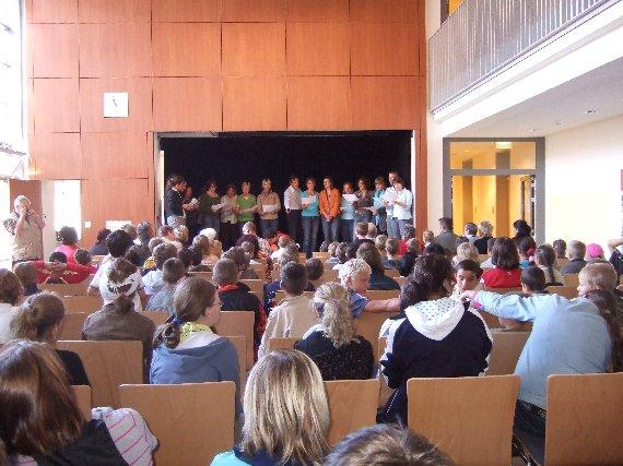 Der Lehrerchor singt ein Begrüßungslied.
