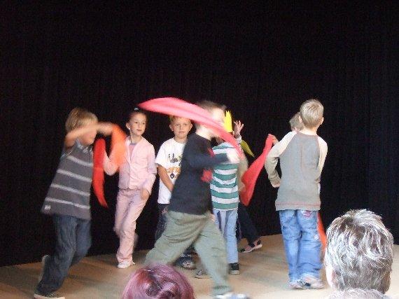 Schüler der Klasse 1 führen einen Tanz auf.