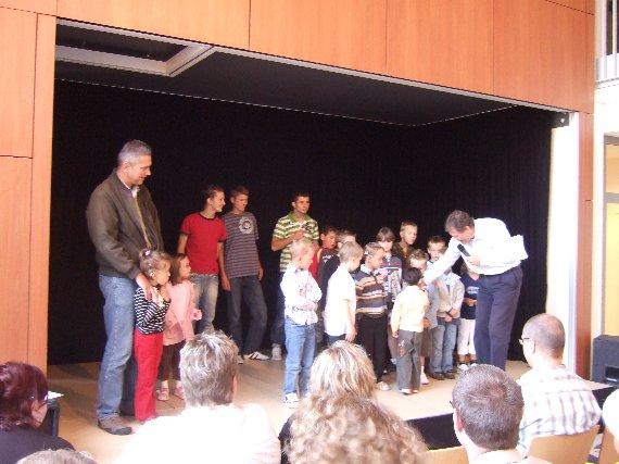 Auch die neuen Schüler aus anderen Klassen werden begrüßt.