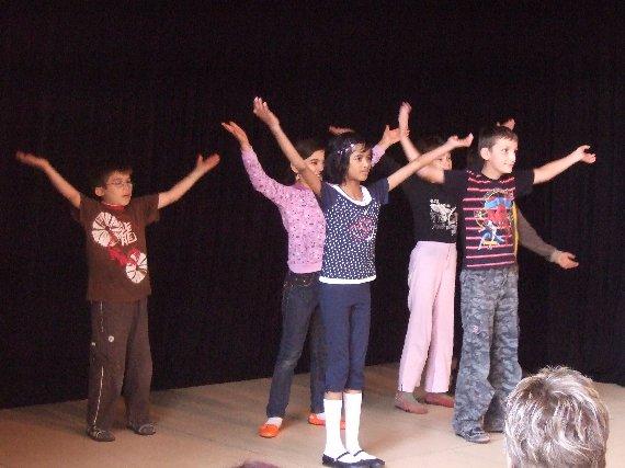 Jetzt gibt es noch eine Tanzvorführung der Klasse 3.