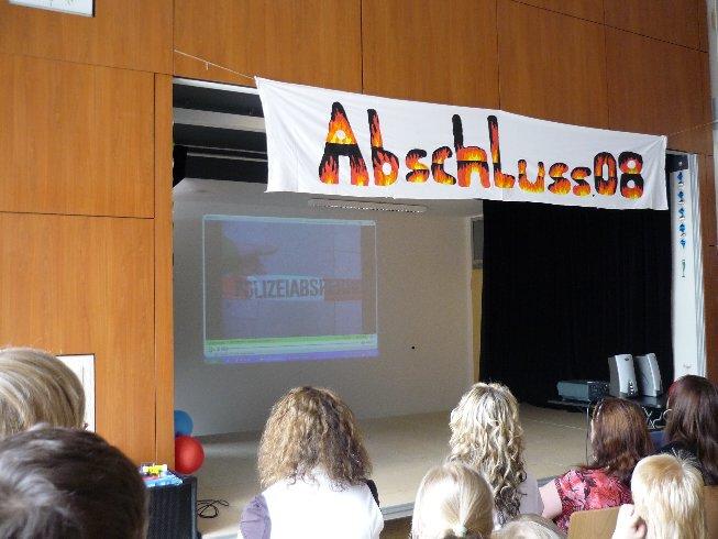 Die Klassenlehrerin würdigt alle Schülerinnen und Schüler in einer Powerpointpräsentation.