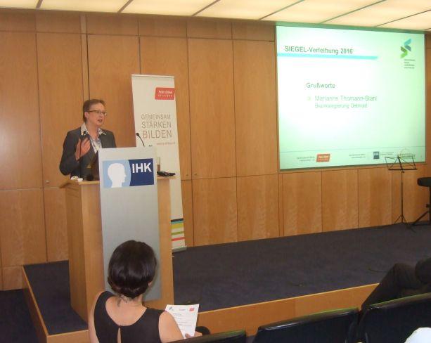 Regierungspräsidentin Frau Marianne Thomann-Stahl spricht die Grußworte.