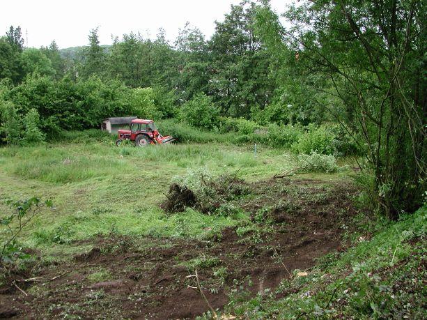 Der erste Traktor bearbeitet das Grundstück.