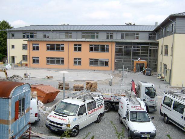 Jetzt wird der Schulhof gestaltet.