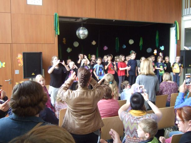 Die Schüler erhalten für ihre Vorstellung verdienten Applaus.