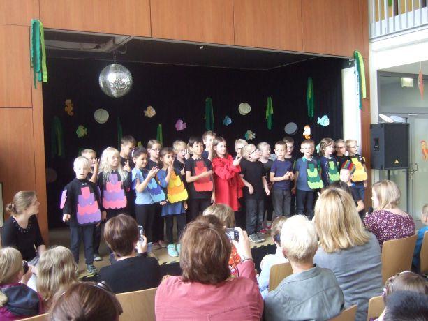 Die Theatermannschaft aus der Schuleingangsphase beginnt mit einem Lied.