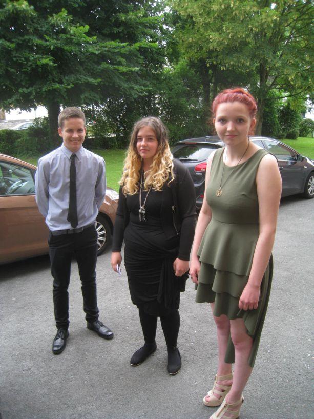 Zur Abschluss-Feier gehört auch die festliche Kleidung.