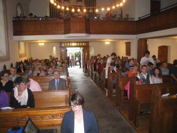 Für den Beginn der Feier haben die Entlass-Schüler die Schulgemeinde in die Kirche eingeladen.