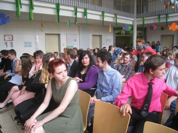 In der Schulaula setzt sich die Feier vor großem Publikum fort.