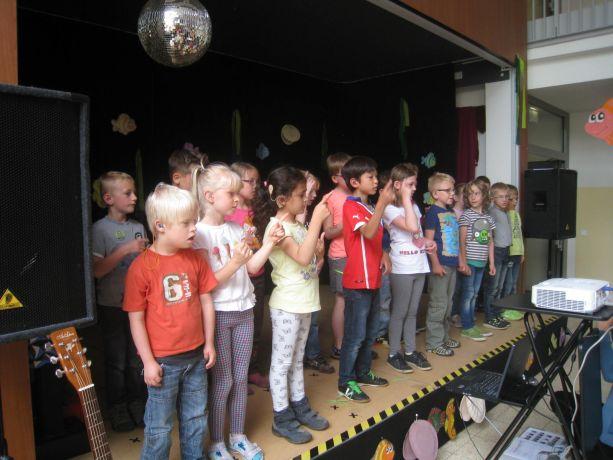Die Eingangsklassen beginnen mit einem gemeinsamen Liedvortrag.