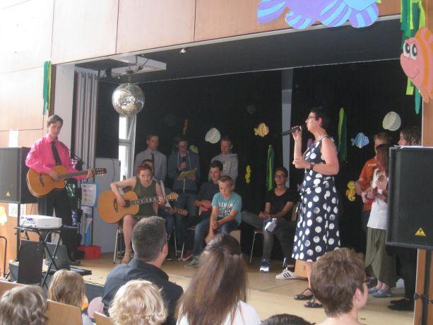 Zum Ausklang zeigt die Schülerband an verschiedenen Instrumenten ihr Können.