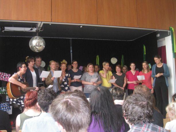 Der Lehrerchor verabschiedet die Schüler mit einem eigenen Lied.