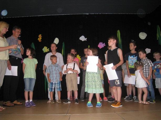 Jetzt sind alle Einschulungskinder gemeinsam mit ihren Paten auf der Bühne