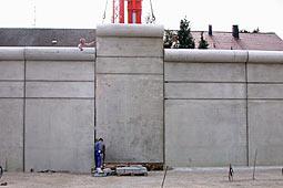 Das Mauerstücj ist fast bis auf den Boden in die Lücke eingelassen
