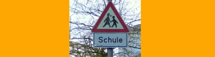 Schild: Achtung Schulkinder!