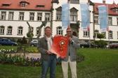 Pflegedirektor Rüdiger Keuwel und Hubert Lücke, Leiter des Pflegedienstes der Abteilung Allgemeins Psychiatrie, zeigen das Plakat zum Berliner Gesundheitspreis.