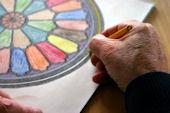 In der Ergotherapie entsteht ein farbenfrohes Mandala
