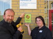 Jürgen Noldes und Siegrun Hüther mit dem neuen Siegel